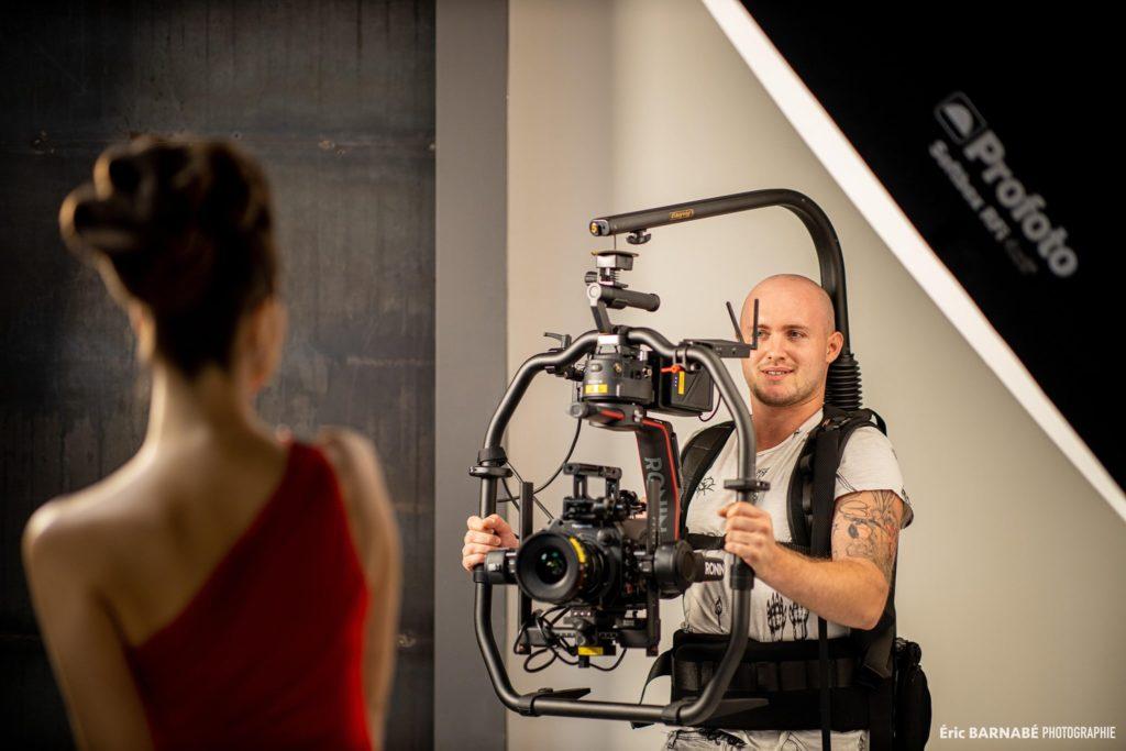 Photo d'un vidéaste en action pendant un tournage